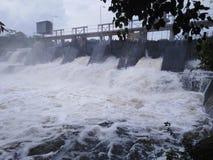 高速水流动的低谷溢出 库存图片