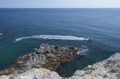 高速汽艇和白色足迹在海 免版税库存照片
