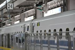 高速火车停车处的特写镜头图片在火车站的 库存照片