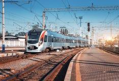 高速火车在火车站到达日落 库存照片