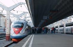 高速火车Sapsan从铁路离去 免版税库存照片