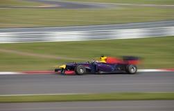 高速赛跑在一条赛马跑道的赛车 库存图片