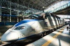 高速高速火车KTX和Korail火车停止在汉城驻地在韩国 库存照片