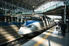 高速高速火车KTX和Korail火车停止在汉城驻地在韩国 免版税库存图片