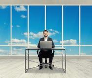 兴高采烈的商人在轻的办公室 免版税库存图片