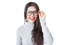 戴兴高采烈的在w隔绝的面孔佩带的眼镜的年轻亚裔妇女 免版税图库摄影
