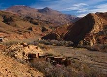 高阿特拉斯山脉的传统巴巴里人村庄 免版税库存图片