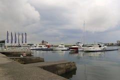 高雄在降雨量前的游艇码头 免版税库存照片