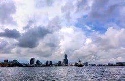 高雄市和口岸与剧烈的天空 免版税库存图片