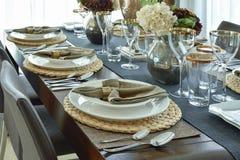 高雅用餐时间的豪华的桌设置 免版税库存图片