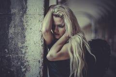 高雅白肤金发的天使,有黑翼的少妇,秋天scen 免版税图库摄影