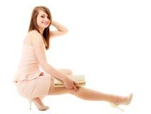高雅 全长女孩桃红色礼服的和有提包的 免版税库存图片