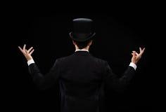 高顶丝质礼帽陈列把戏的魔术师从后面 免版税图库摄影
