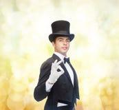 高顶丝质礼帽陈列把戏的魔术师 库存照片