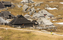 高高山牧场地Velika Planina远足者走的thorugh风景风景在斯洛文尼亚在春天 库存照片