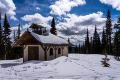 高高山的教堂在晴朗的天空下 免版税库存图片