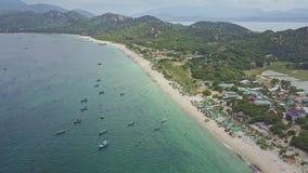 高鸟瞰图小船在岩石海岸的天蓝色的海洋 股票录像