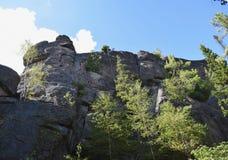 高,古老岩石的美丽的景色在森林里 库存照片