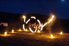 高结冰轻的火展示在山 免版税库存照片