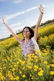 高兴在雏菊的领域 免版税库存照片
