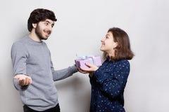 高兴地一个惊奇的有胡子的人从她的女朋友接受礼物 爱,关系,约会,愉快的恋人,概念 H 免版税图库摄影