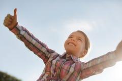 高兴孩子低角度照片那看在天空 免版税库存照片