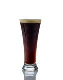 高玻璃充满冷的黑啤酒 免版税库存图片