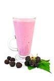 在一块高玻璃的奶昔用黑莓和叶子 图库摄影