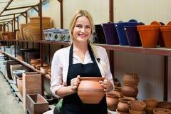 高兴的妇女瓦器工作者画象有陶瓷陶器的 免版税库存图片
