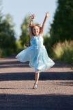 高兴的小女孩跳跃和 免版税图库摄影