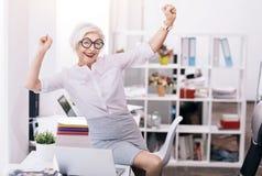 高兴的愉快的企业夫人表现出喜悦在工作场所 图库摄影