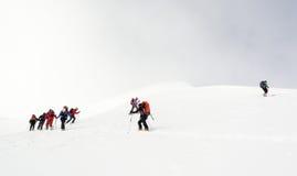 登高Backcountry的滑雪者山 免版税库存图片