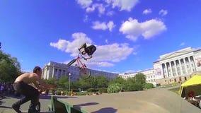 高BMX上涨在冰鞋公园 体育运动 行动骑自行车的人跳 跳跃与他的BMX自行车的年轻男孩在冰鞋公园 BMX自行车 股票录像