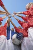 高Fiving女性足球的队 图库摄影