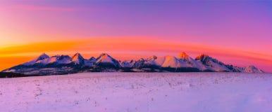 高Tatra山在日落的冬天 库存照片