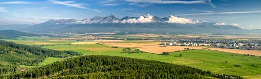 高Tatras山和城市波普拉德,斯洛伐克 免版税库存照片