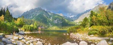 高Tatras - Popradske Pleso湖和瑞士山中的牧人小屋 库存照片