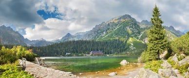 高Tatras - Popradske Pleso湖和瑞士山中的牧人小屋 免版税库存图片