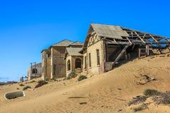 鬼城在南纳米比亚Kolmanskop)的沙漠 免版税图库摄影