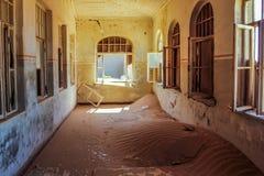 鬼城在南纳米比亚Kolmanskop)的沙漠 库存照片