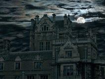 鬼房子月亮老超出的上升 免版税库存照片