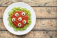 鬼的万圣夜妖怪绿色意粉面团假日装饰党食物 免版税库存图片
