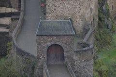 鬼的中世纪城镇Eltz城堡门 库存图片