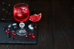 鬼的血淋淋的鸡尾酒 万圣夜党的传统饮料食谱 图库摄影