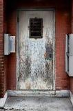 鬼的被风化的木门 免版税库存照片