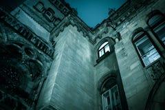 鬼的黑暗的城堡房子hallowen 与明亮的windo的底视图 免版税库存图片