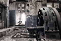 鬼魂在一家被放弃的工厂 库存图片