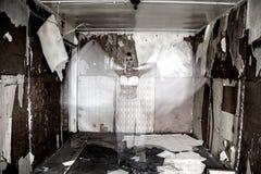 鬼魂在老被放弃的房子里 库存照片