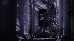 鬼魂尼姑 尼姑服装的恶魔般妇女走在寺庙附近的 万圣节 股票录像