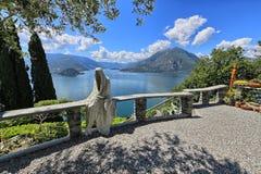 鬼魂的雕塑俯视Como湖 免版税图库摄影
